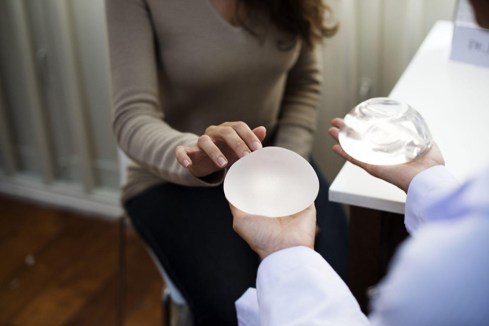 Bác sĩ thăm khám tổng quát khuôn ngực để xác định loại túi độn