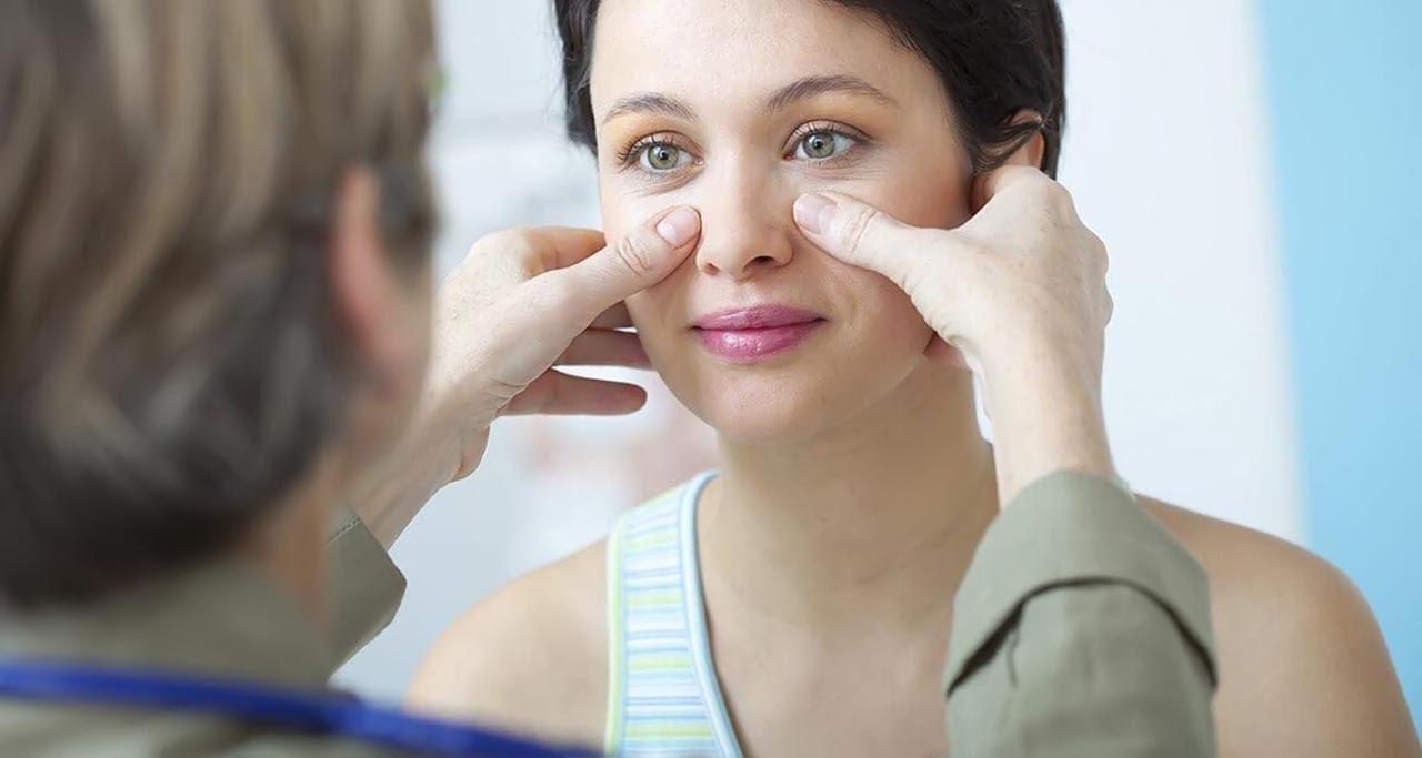 Bác sĩ thăm khám và tư vấn giải pháp nâng mũi phù hợp cho từng khách hàng