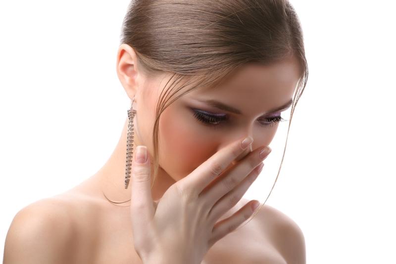 Chăm sóc sau nâng mũi không đúng cách có thể khiến mũi bị lệch sống