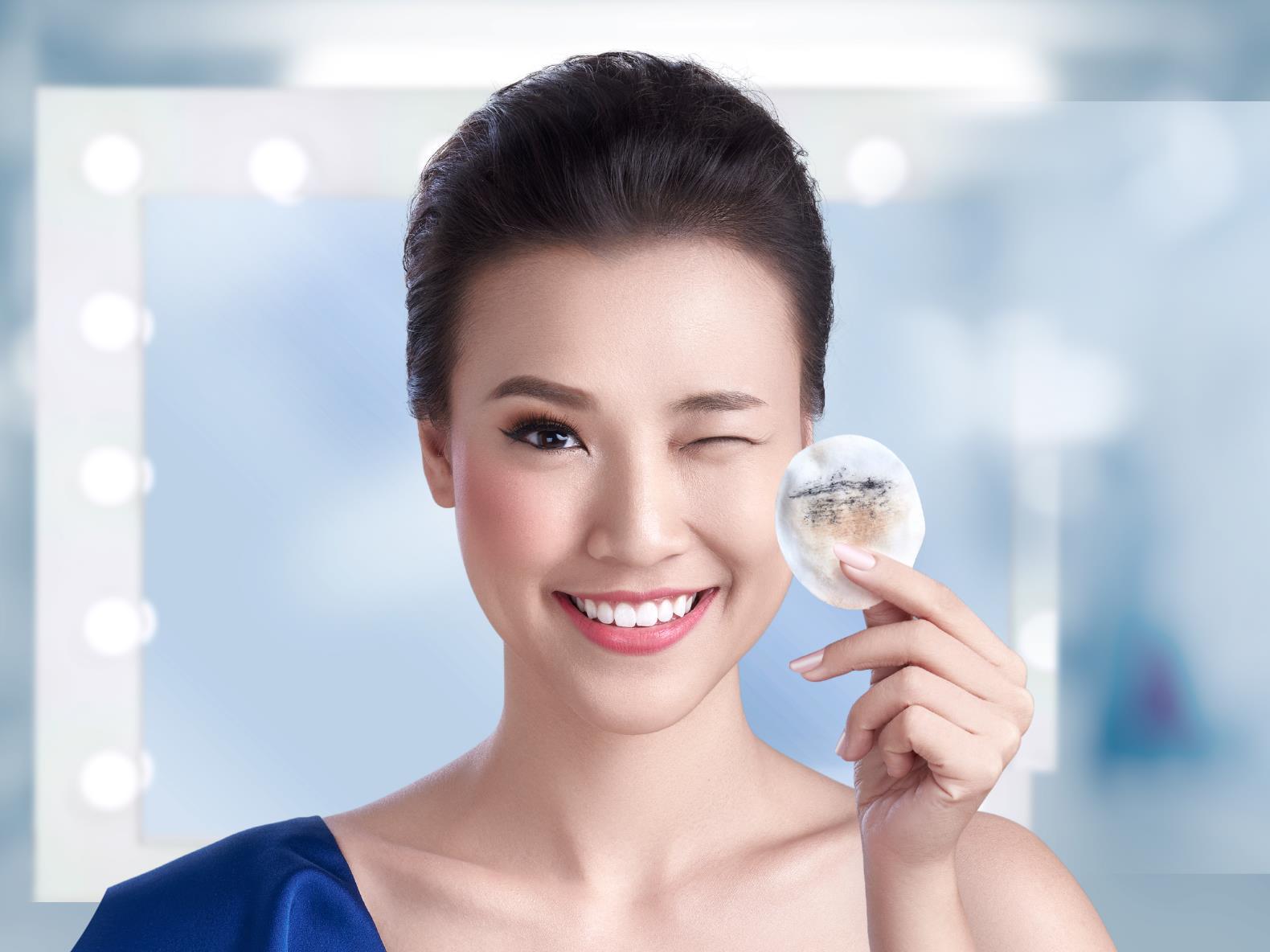 Tẩy trang sẽ giúp bạn lấy đi lớp kem chống nắng và bụi bẩn trên da