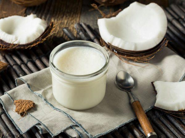 Dầu dừa cũng là nguyên liệu được sử dụng nhiều để làm mờ vết rạn da
