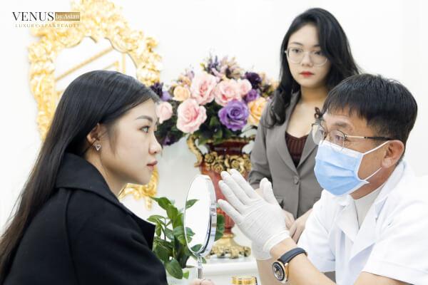 Bác sĩ tư vấn trực tiếp cho khách hàng tại Venus by Asian