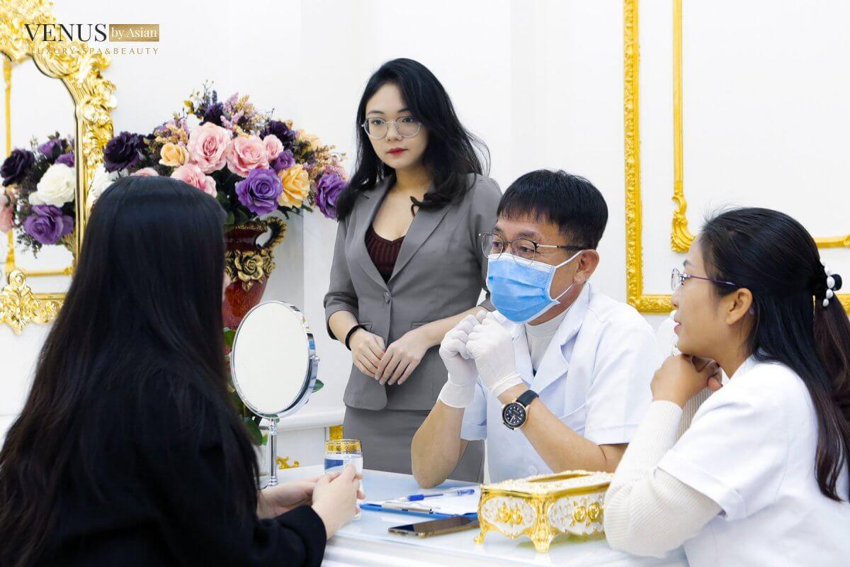 Bác sĩ thăm khám, tư vấn cho khách hàng đường mổ và kích thước túi ngực phù hợp