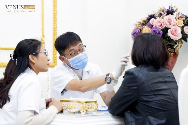Bác sĩ phân tích cho khách hàng tại Venus by Asian