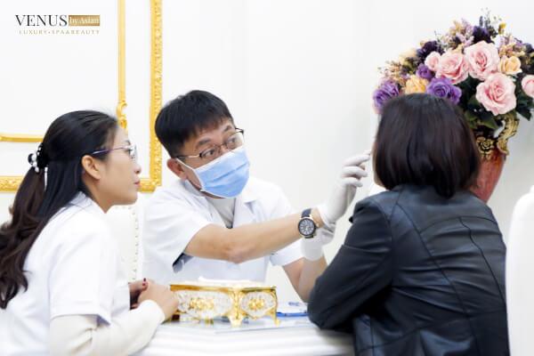 Bác sĩ tư vấn cho khách hàng tại Venus by Asian