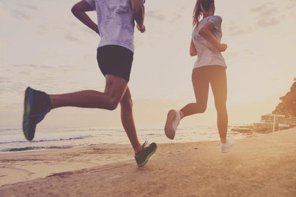 Đi bộ hoặc chạy tiêu hao nhiều calo