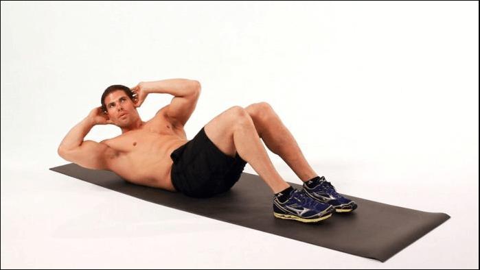 Thực hiện bài tập giảm mỡ bụng cho nam: gập bụng chéo