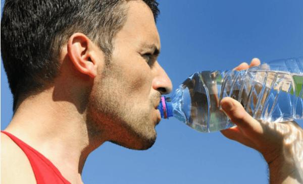 Uống đủ nước giúp giảm béo bụng
