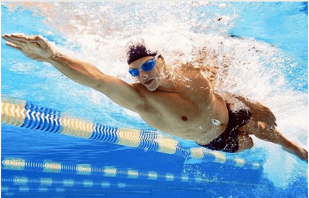 Bơi lội là cách giảm mỡ bụng cho nam tốt vì tiêu hao calo nhanh chóng