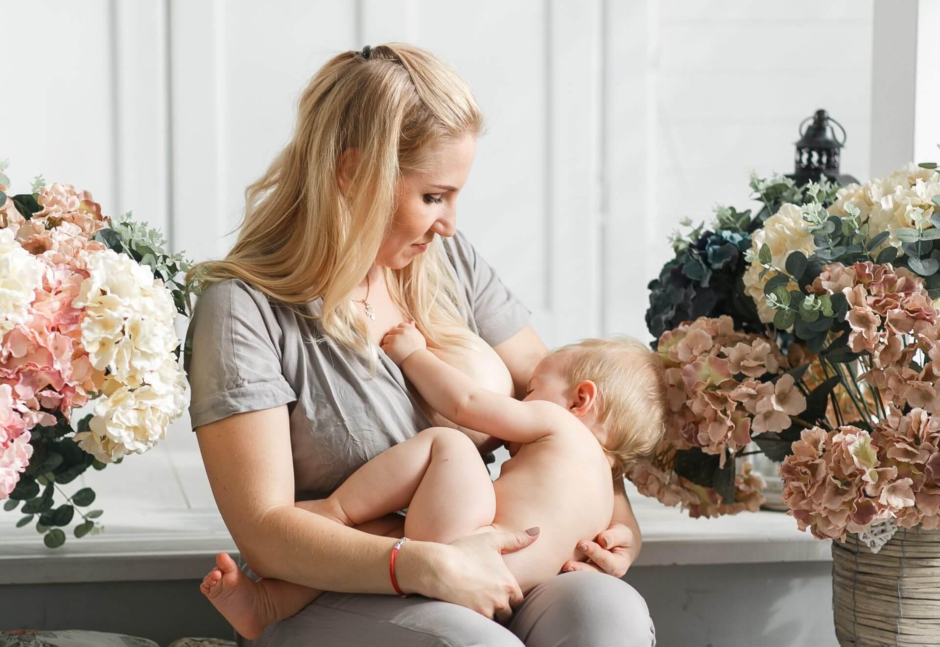 Nuôi con bằng sữa mẹ là cách làm giảm mỡ bụng sau sinh tự nhiên