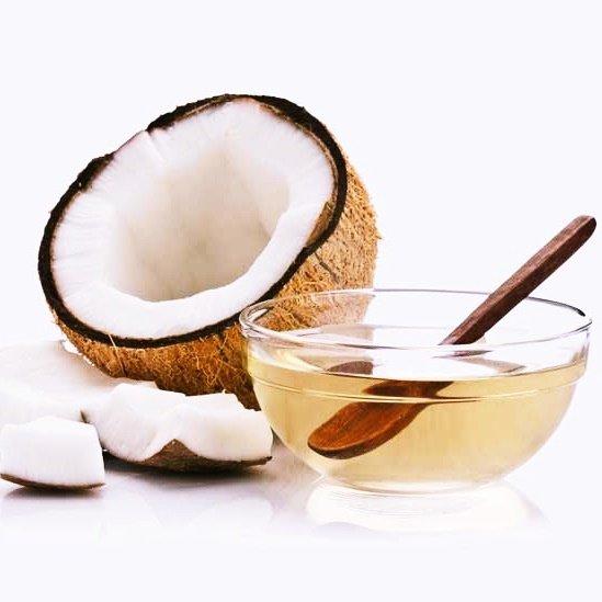 Cách làm tan bọng mắt với dầu dừa