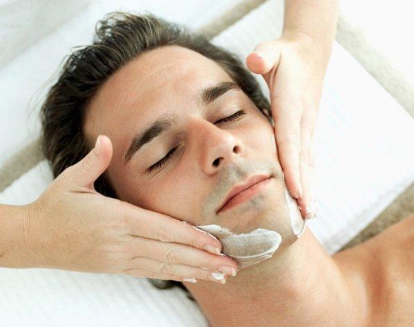 Massage mặt trước khi đi ngủ cũng giúp giảm mỡ mặt cho nam giới