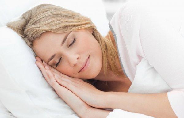 Ngủ đủ giấc giúp da chảy xệ được cải thiện (hình minh họa)