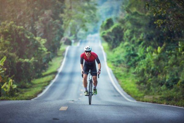 Đạp xe giảm mỡ bụng trên địa hình nghiêng hoặc dốc