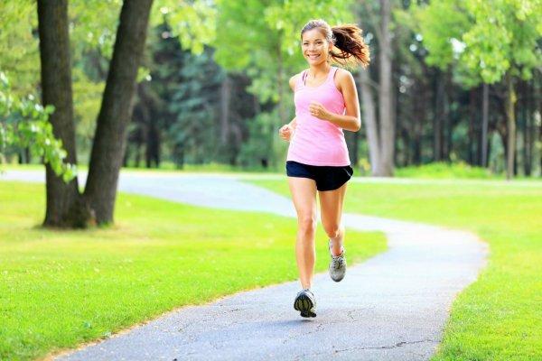 Đi bộ hoặc chạy bộ để đốt cháy lượng calo nhiều hơn