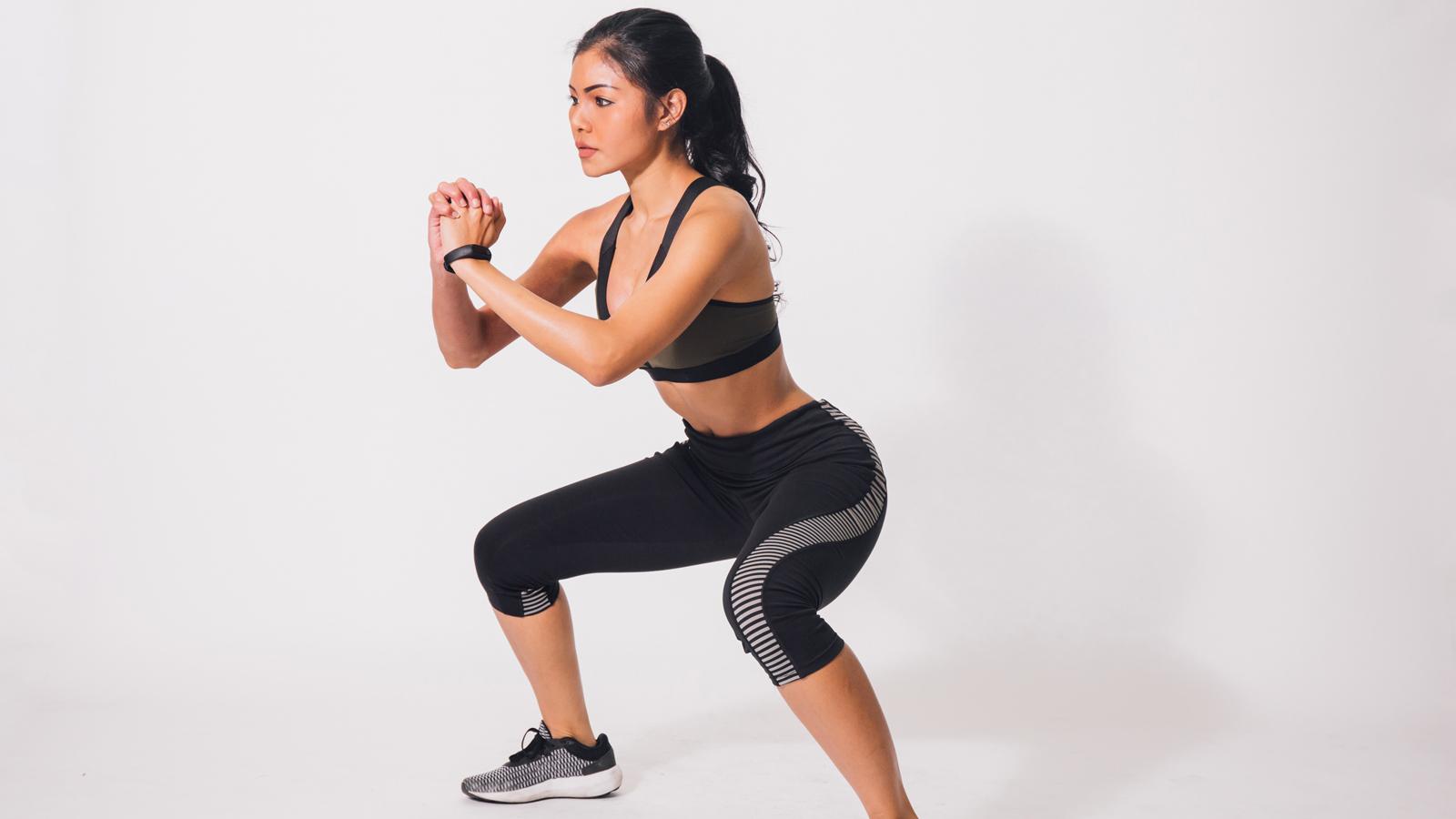 Thực hiện bài tập squat giảm mỡ mông và bụng