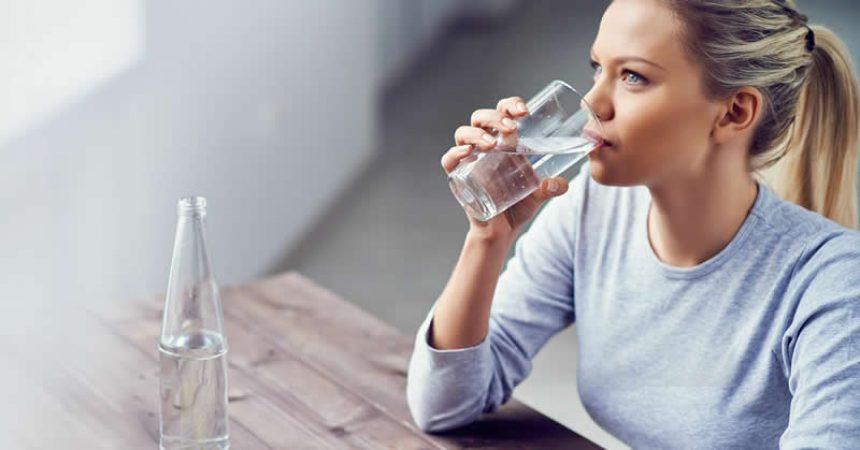 Uống nhiều nước hạn chế lượng calo hấp thụ trong mỗi bữa ăn