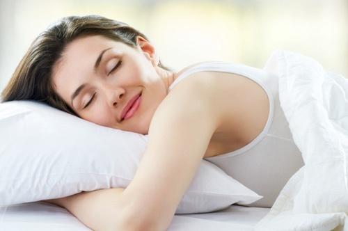 Ngủ nhiều cũng là một trong các nguyên nhân dễ gây ra béo mặt (Hình minh họa)