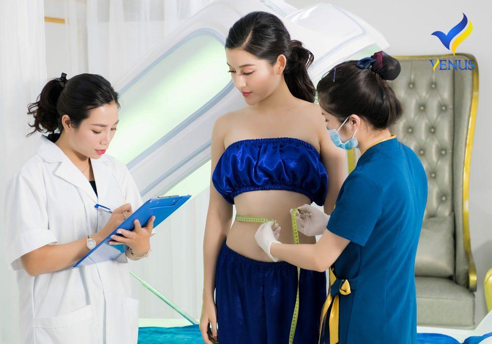 Khách hàng được thăm khám trước khi thực hiện liệu trình giảm mỡ bụng