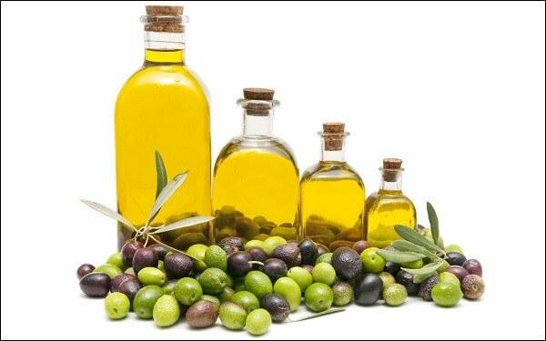 Dầu ô liu chứa vitamin E, vitamin A giúp chống oxy, ngăn cản các gốc tự do
