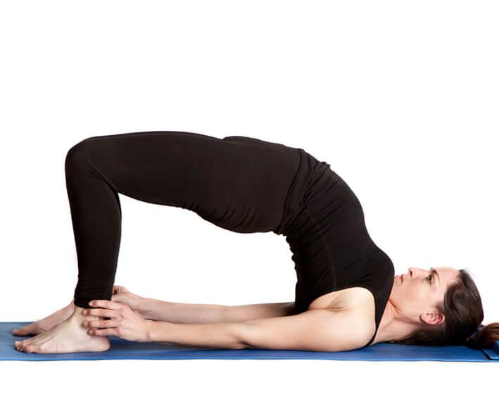 Tư thế cây cầu giúp giảm mỡ bụng và lưng