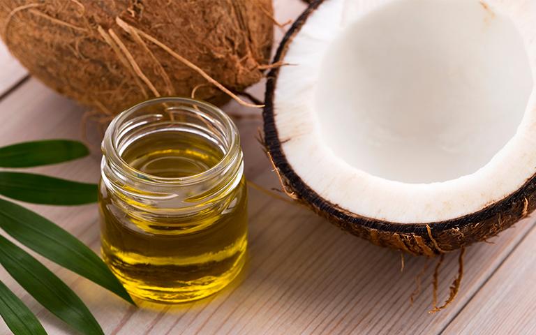 Dầu dừa có công dụng điều trị da đồi mồi rất tốt