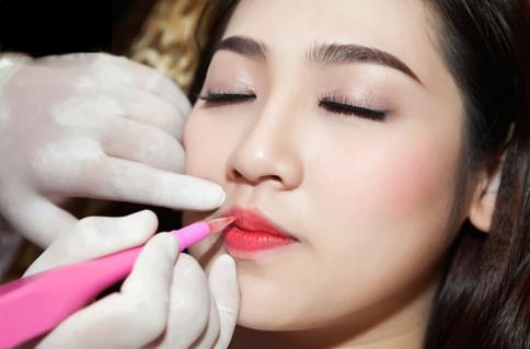 Phun môi bị sưng là hiện tượng bình thường của cơ thể