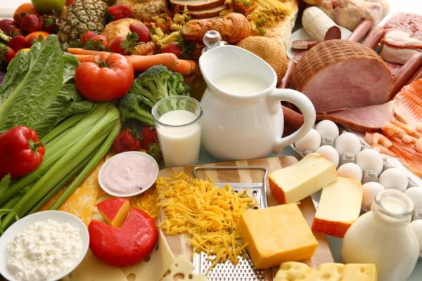 Chế độ dinh dưỡng hợp lý giàu vitamin và chất béo giúp cải thiện mặt hóp, gò má cao