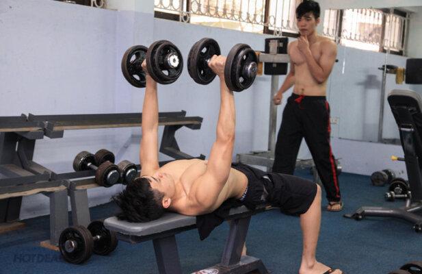 Tập gym để tăng cơ khiến các vết rạn da lưng dễ hình thành hơn