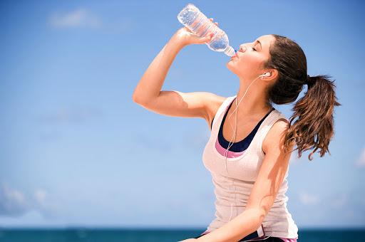 Khi bạn bị rạn da sau sinh hãy uống nước thật đầy đủ mỗi ngày