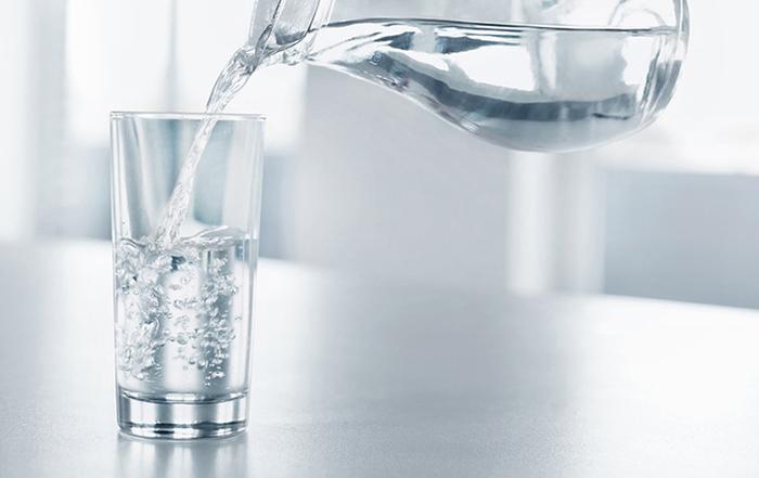 Uống nhiều nước giúp việc đào thải những độc tố dễ dàng hơn