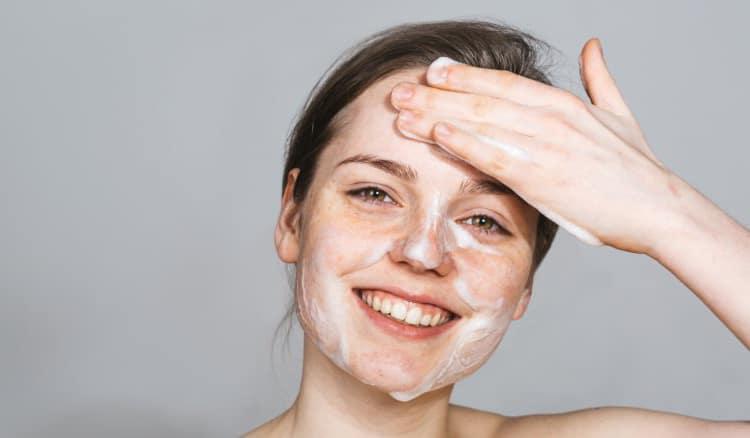 Chăm sóc hàng ngày là bước rất quan trọng trong công cuộc điều trị da mặt sần sùi và ngứa