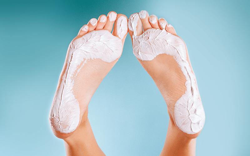 Kem dưỡng ẩm, thuốc mỡ có tác dụng hiệu quả trị nứt da ngón chân