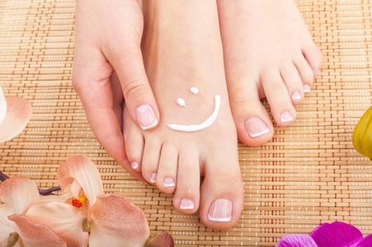 Da khô là một trong những nguyên nhân dẫn đến tình trạng nứt da bàn chân