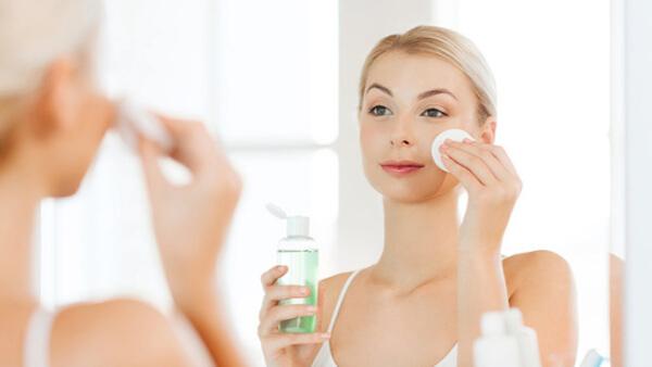 Sử dụng toner giúp làm sạch da, loại bỏ bã nhờn nằm dưới lỗ chân lông