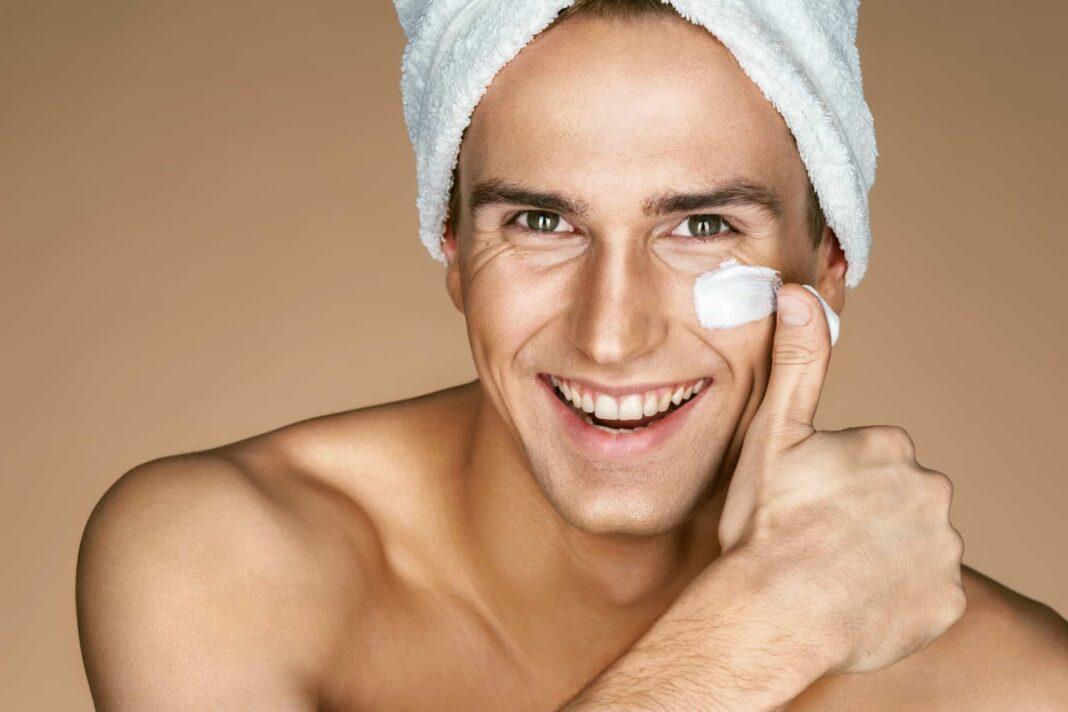 Kem dưỡng ẩm là bước cuối cùng trong các bước chăm sóc da nam ban đêm