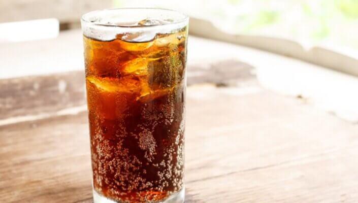 Đồ ngọt và đồ uống có ga rất ngon miệng nhưng mang nhiều nguy cơ về mụn