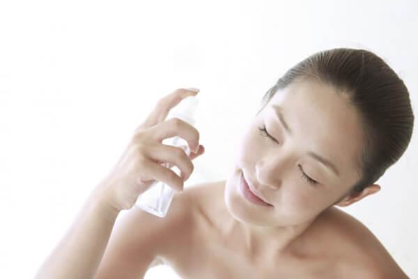Xịt khoáng giúp điều trị làn da khô, cháy nắng.