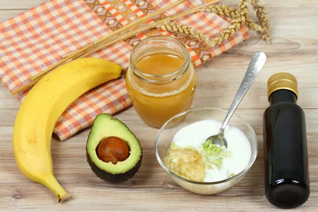 Trong chuối chín và bơ chứa vitamin B, vitamin E cung cấp độ ẩm cho da