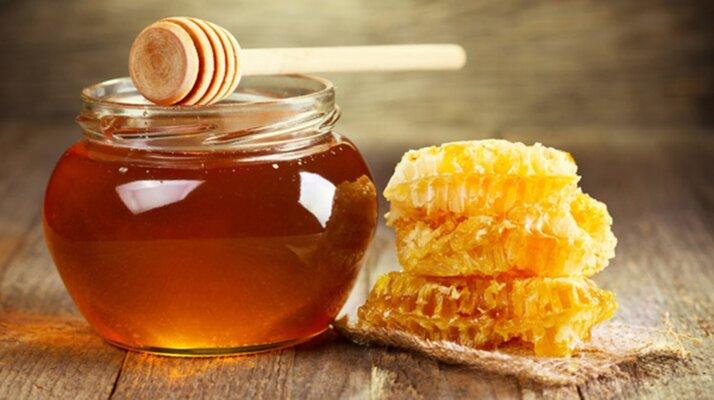 Mật ong có tác dụng dưỡng ẩm sâu, làm mềm, ức chế vi khuẩn, nấm và thúc đẩy tốc độ hồi phục da