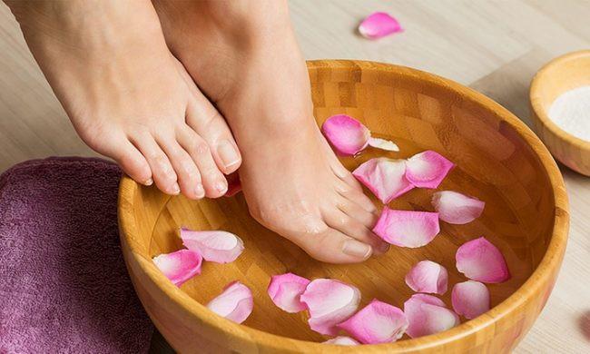 Ngâm chân giúp lưu thông mạch máu, ngăn ngừa tình trạng da nứt nẻ