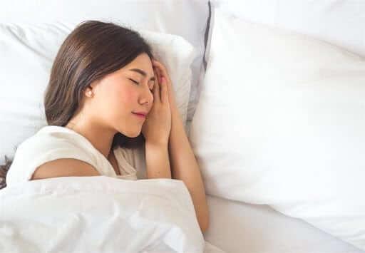 Ngủ đủ từ 7-8 tiếng mỗi đêm giúp sức khỏe và làn da được nghỉ ngơi, phục hồi