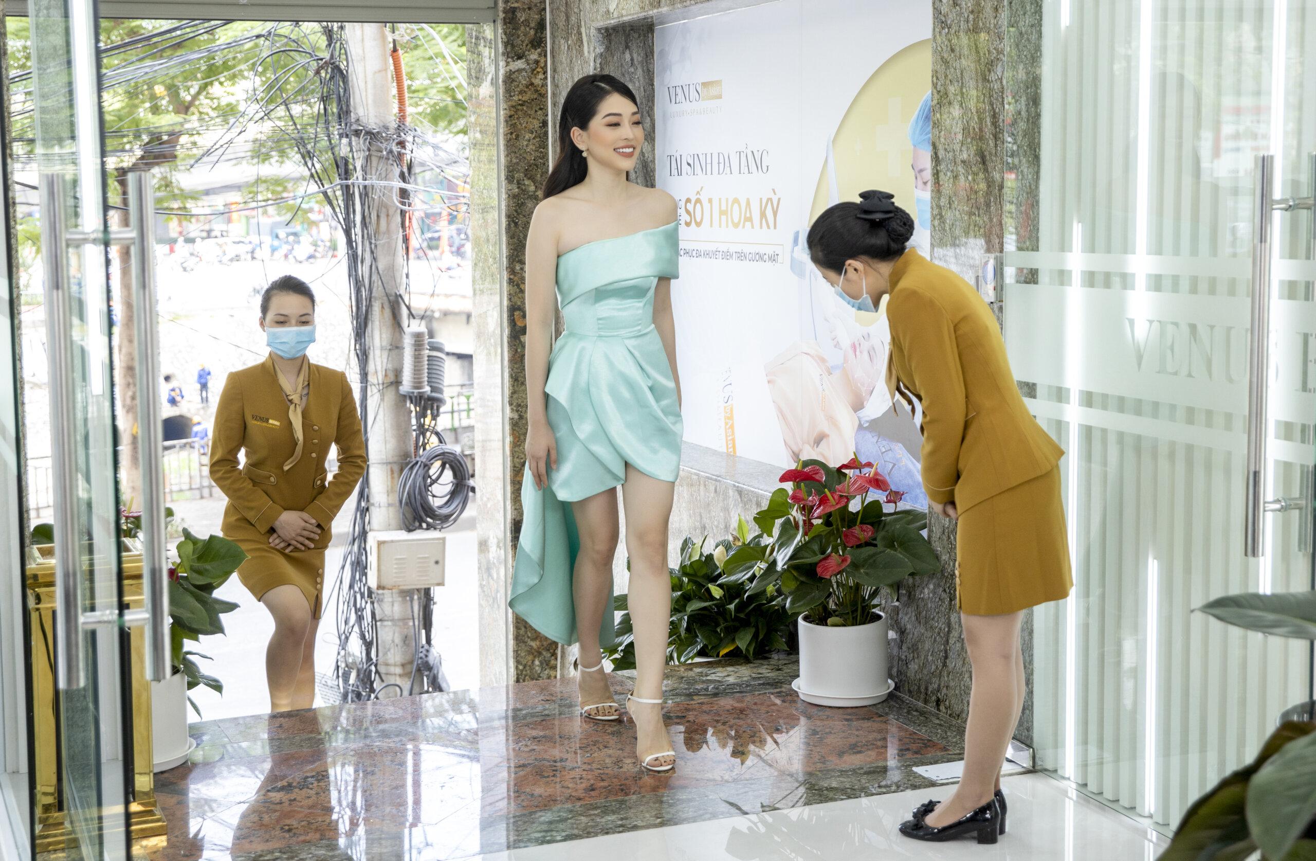 Bùi Phương Nga rạng rỡ với nụ cười tươi, phong cách thời trang thanh lịch
