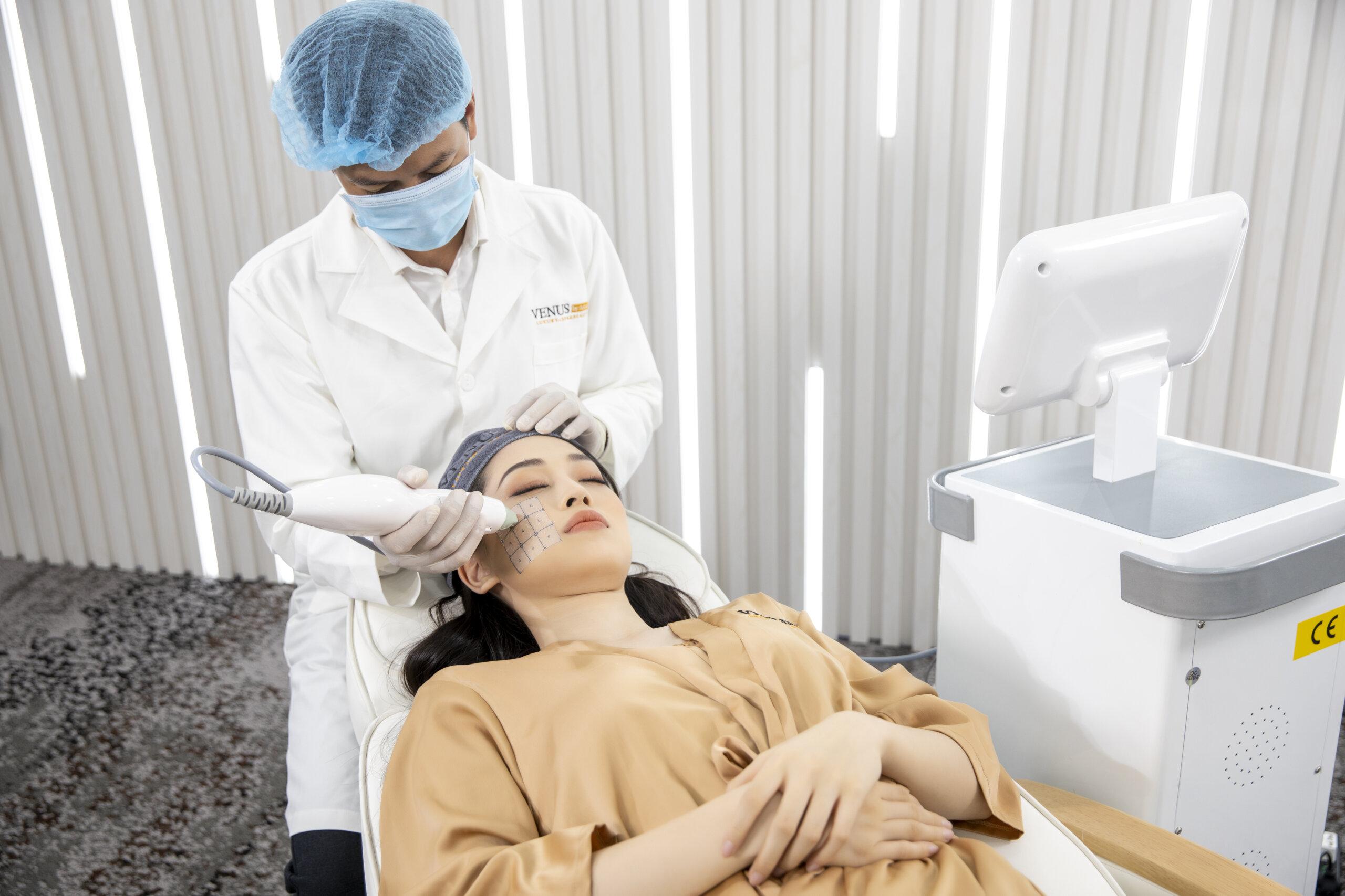 Á hậu Bùi Phương Nga trải nghiệm quy trình chăm sóc gương mặt bằng máy công nghệ cao tại Venus by Asian.