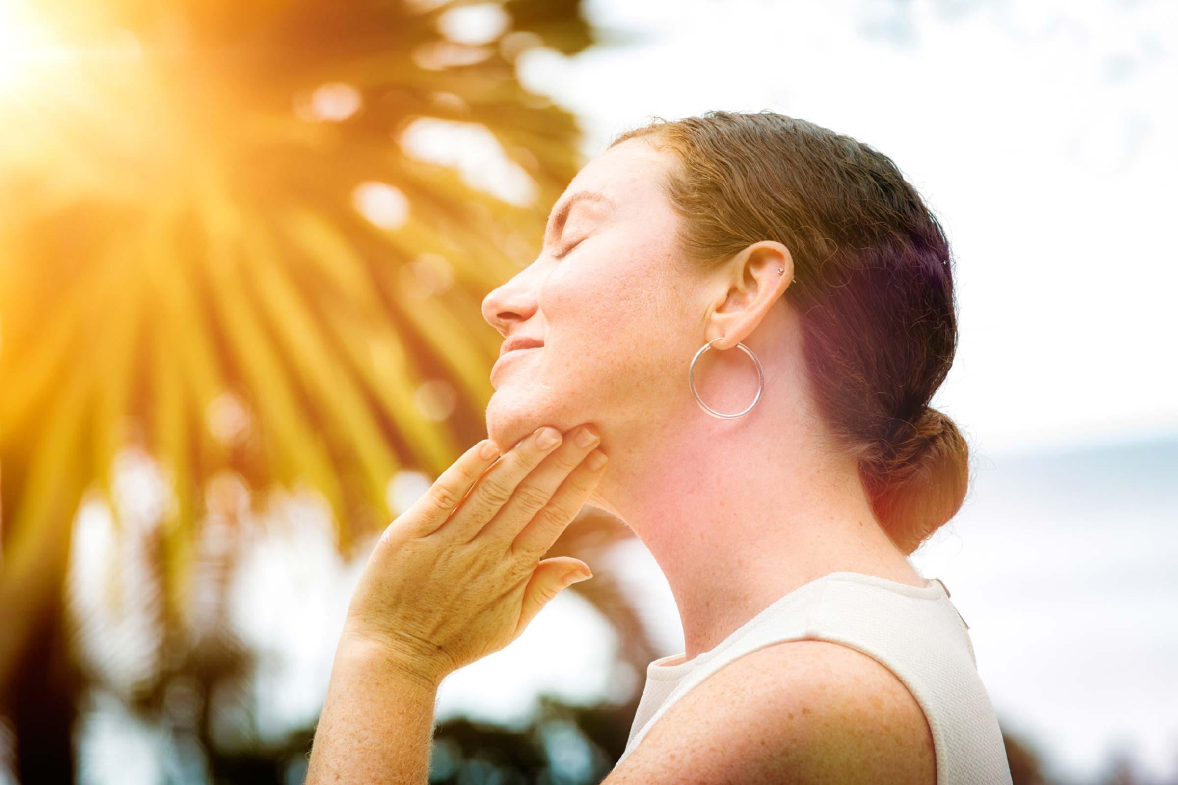 Tia cực tím trong ánh nắng mặt trời có thể khiến bất kỳ vùng da nào