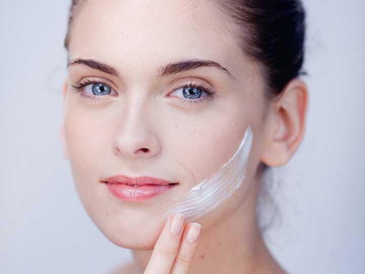 Cần bổ sung ngay độ ẩm cho da bằng việc bôi kem dưỡng ẩm