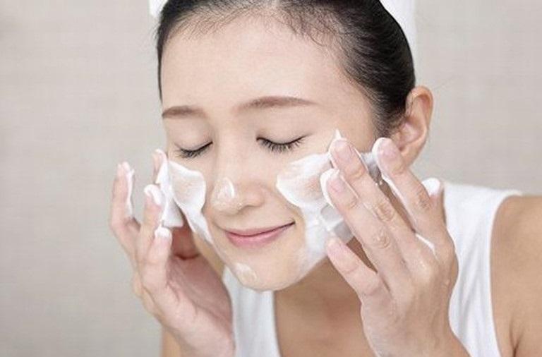 Dưỡng ẩm giúp giữ ẩm, cân bằng độ ẩm và phục hồi hàng rào bảo vệ cần thiết cho da