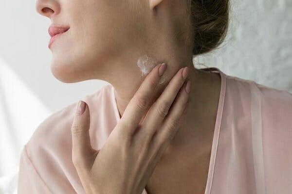 Để vùng da cổ đủ ẩm, lão hóa chậm thì không thể thiếu kem dưỡng da.