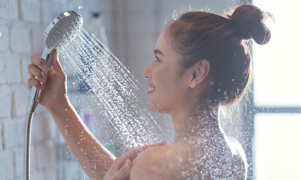 Tắm nước mát, hạn chế tắm nước quá nóng