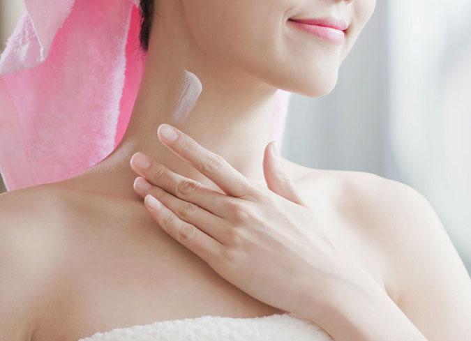 Da cổ cũng cần được làm sạch giống như chăm sóc da mặt vậy